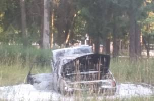 В Ярцеве полыхали три машины. Видео попало в Сеть
