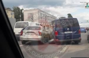 В Смоленске ДТП парализовало движение на перекрестке Кирова-Гагарина