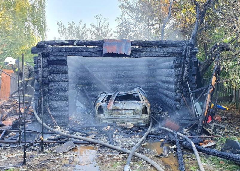 В Рославле сгорел гараж вместе с иномаркой