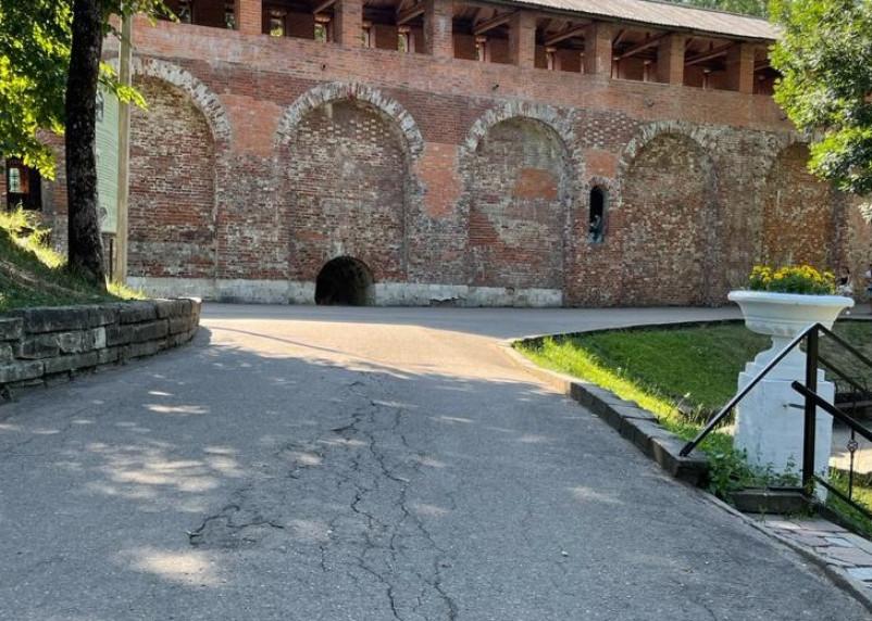 Денег нет. В Лопатинском саду обещают отремонтировать опасный участок пешеходной зоны
