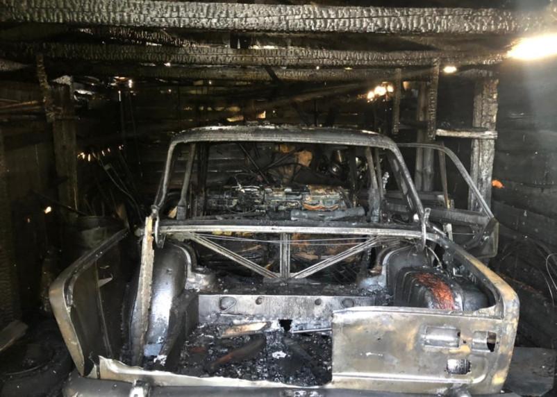 «Спалили» неизвестные? В заброшенном гараже в Вязьме сгорел разобранный ВАЗ