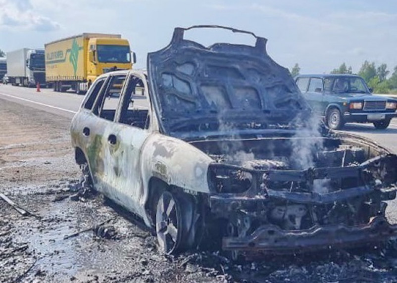 Сгорел полностью. В Гагаринском районе загорелся автомобиль с двумя детьми