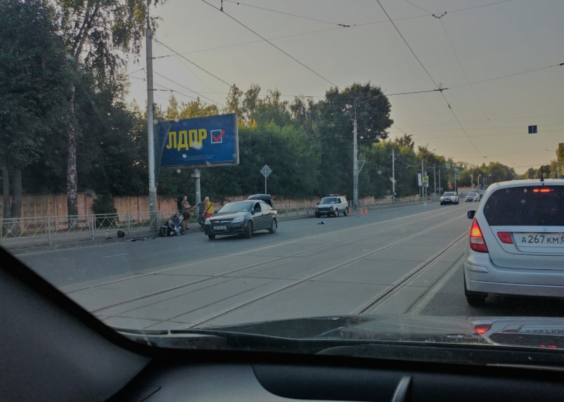 «Скутер – на части». Появилось видео серьезной аварии на Фрунзе в Смоленске
