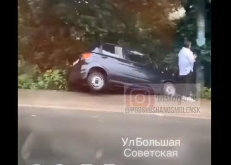 В Смоленске на Большой Советской иномарка вылетела с дороги