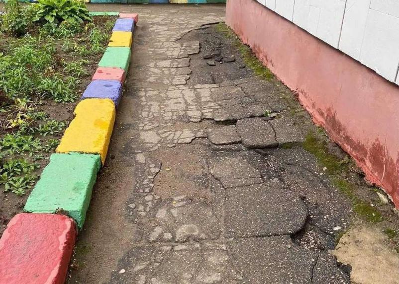 Смоляне жалуются на состояние территории детсада Росинка