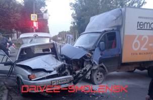 В Смоленске произошло жёсткое ДТП. На месте работают медики и МЧС