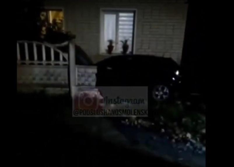 В Смоленске машина протаранила дом. Видео попало в Сеть