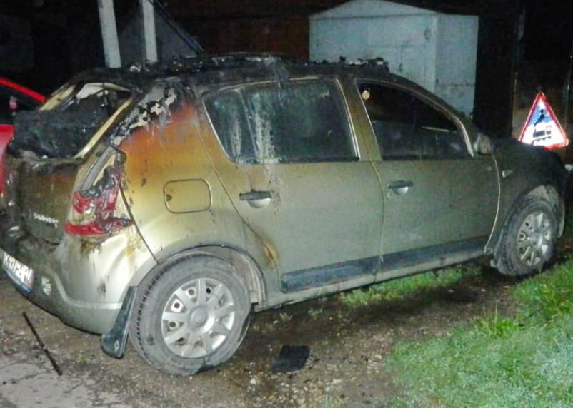 В Смоленске огонь едва не уничтожил гараж с автомобилем