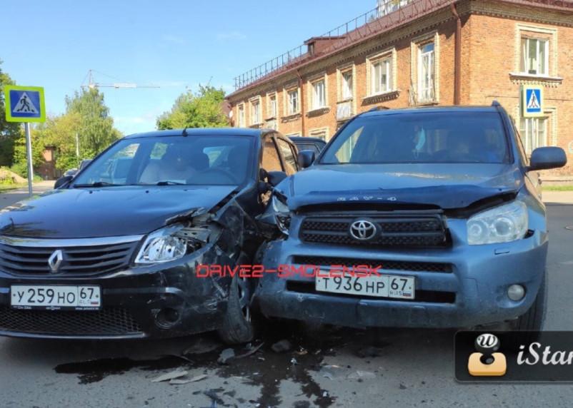 В Смоленске жесткое ДТП на Черняховке спровоцировало пробку