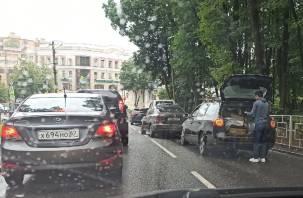 В центре Смоленска собрался «паровоз» из четырех авто