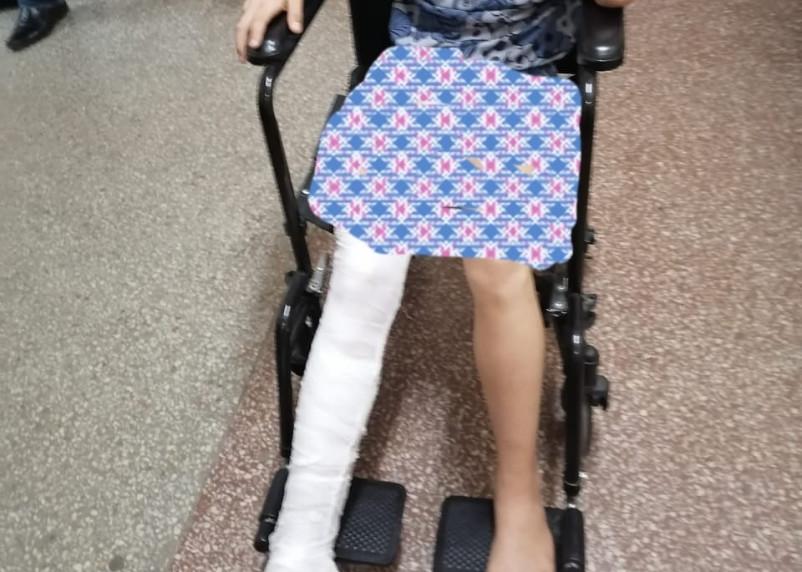 В Гагарине дети поломали ноги на качелях