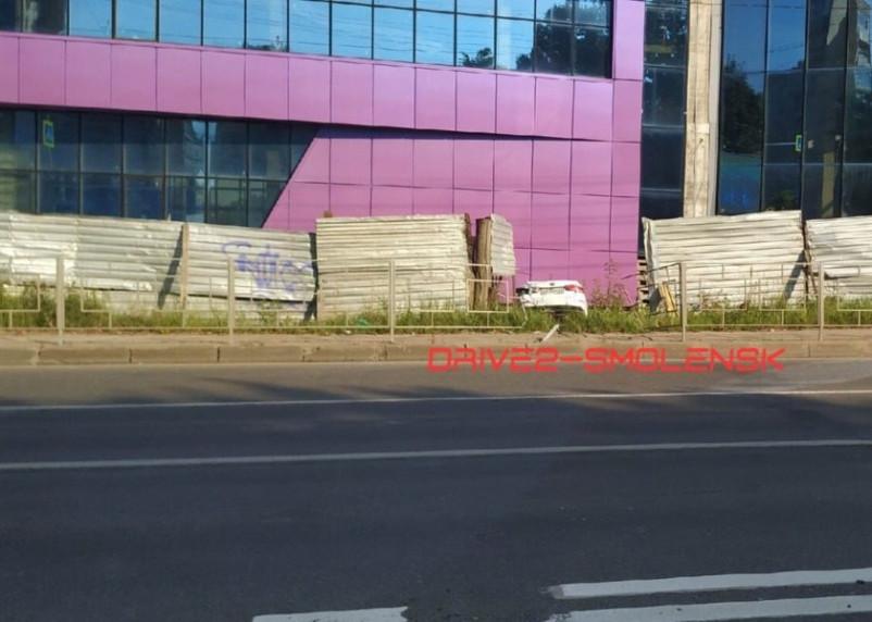 В Смоленске на Шевченко иномарка вылетела через забор на стройку
