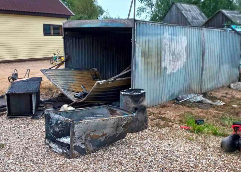 За стуки смоленские пожарные дважды тушили гаражи