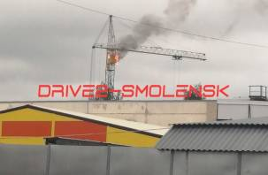 Видео горящей кабины крана на стройке в Смоленске попало в Сеть