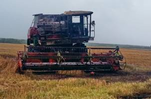 В Смоленской области пожарные тушили зерноуборочный комбайн