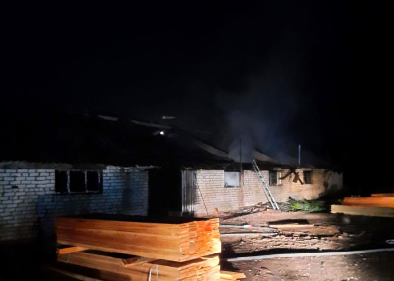 В Шумячском районе полыхало здание пилорамы