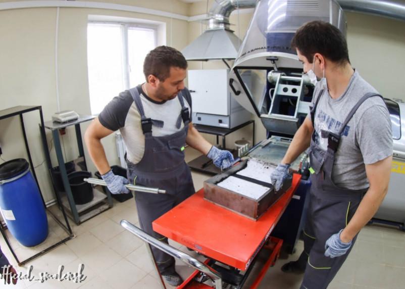 Испытательная лаборатория проверяет качество нового асфальта в Смоленске