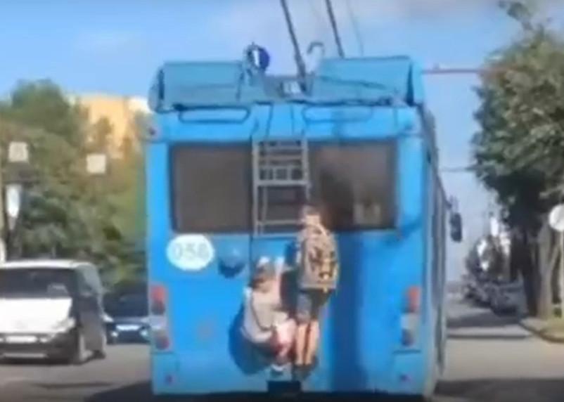Катание юных зацеперов на троллейбусе попало на видео