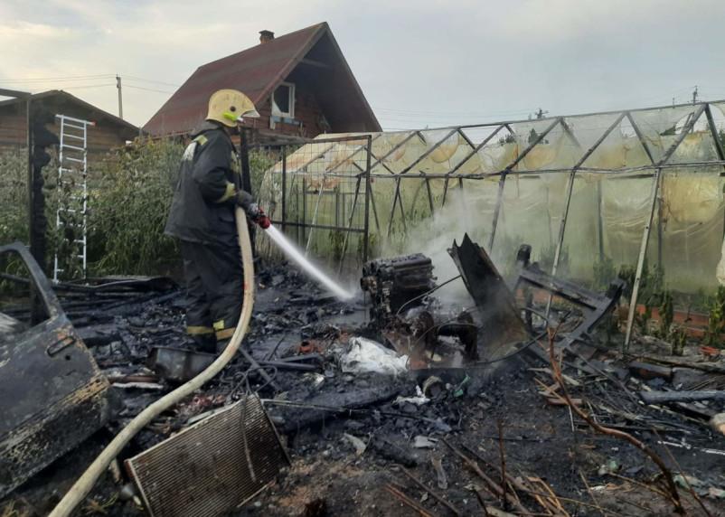 В райцентре Смоленской области семь пожарных прибыли на тушение бани