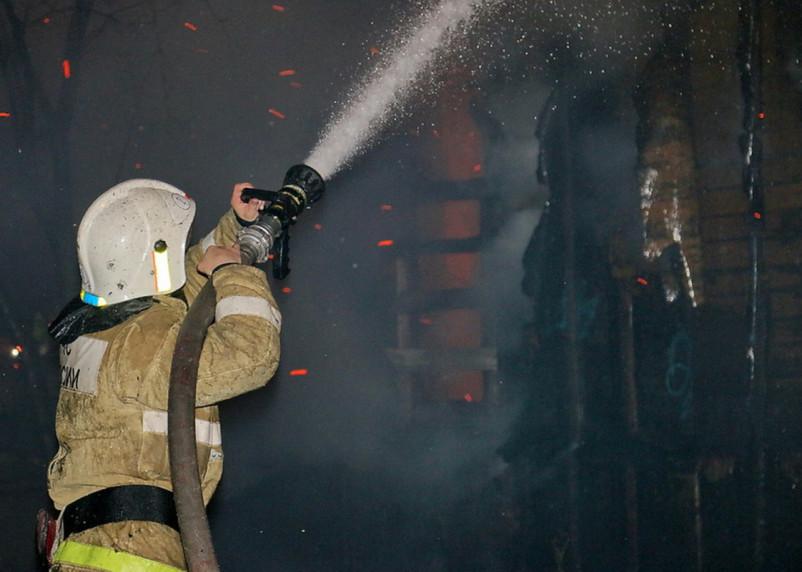 Тушить неэксплуатируемое здание в Ярцеве прибыли 10 пожарных