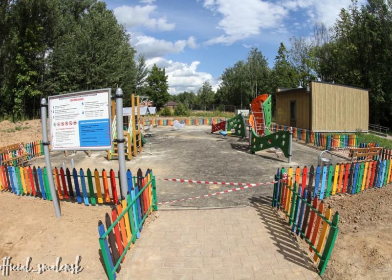 В Смоленске на инклюзивной площадке установили игровое оборудование