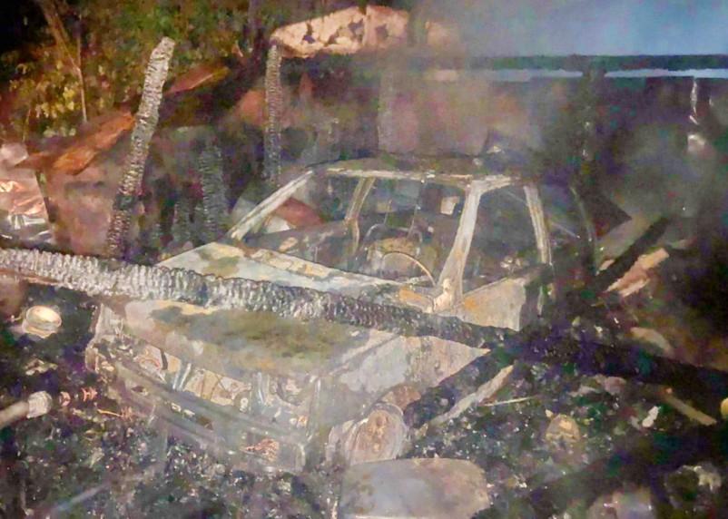 В Угре в гараже сгорел автомобиль