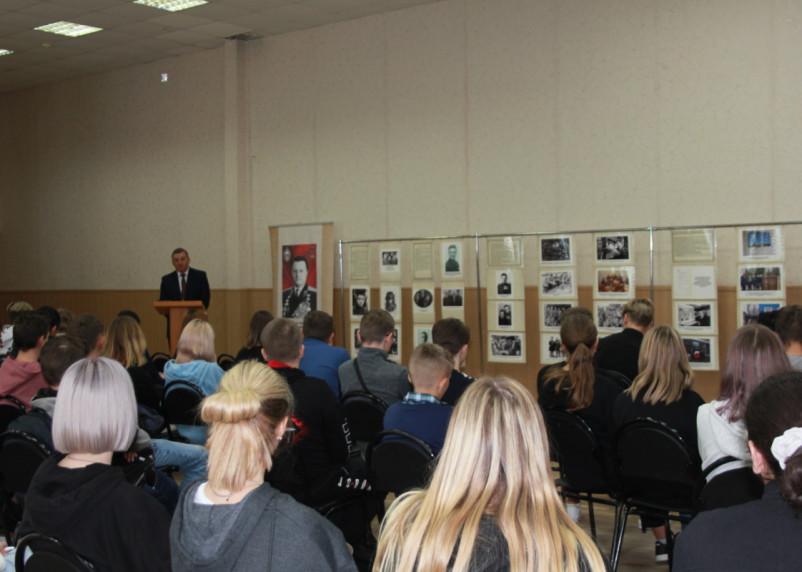 В смоленской школе открыли выставку «Жизнь во имя Отечества»