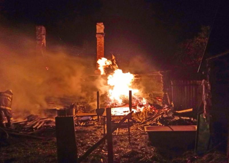 Сгорел дом. В Краснинском районе пожарные усмиряли разбушевавшуюся стихию