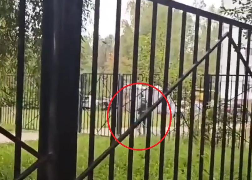 «Стоит и передергивает». В Смоленске возле школы №11 заметили извращенца