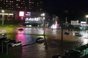 Смоляне делятся видео потопа на улицах Промышленного района