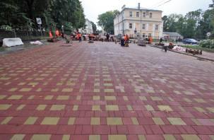В центре Смоленска укладывают тротуарную плитку