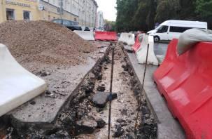 На Улице Коммунистическая в Смоленске сняли только что уложенный асфальт. Теперь хотят сделать бордюры
