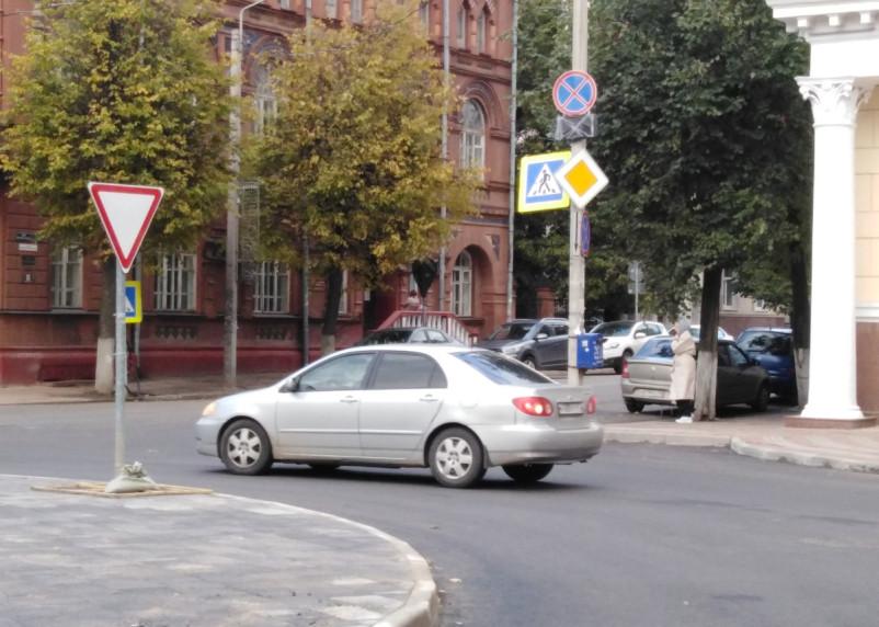 По главной или по второстепенной? На перекрёстке улиц Коммунистическая и Глинки установили «кольцо» со знаком «Уступите дорогу»