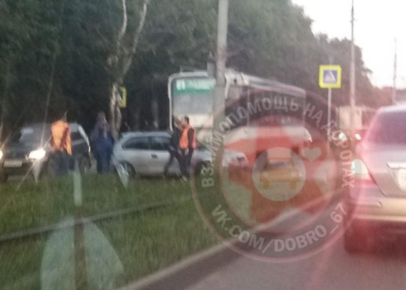 В Смоленске на дамбе ДТП остановило движение трамваев