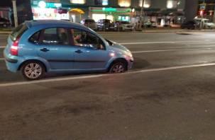 В Смоленске иномарка провалилась колесом в люк