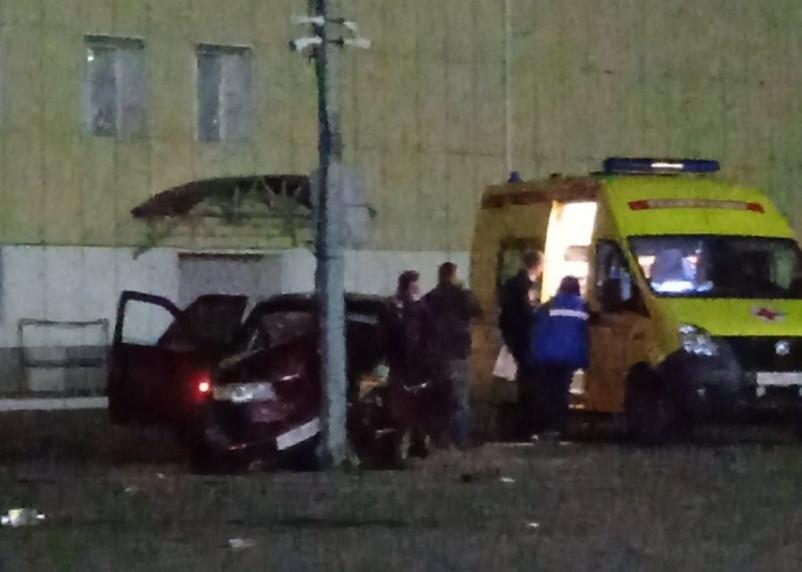 В Смоленске ночной дрифт на парковке ТЦ закончился в столбе