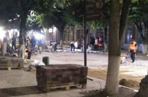 Рабочие справляют нужду в центре Смоленска во время ремонта