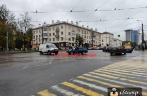 Два человека доставлены в больницу. Машина газовой службы попала в ДТП в центре Смоленска
