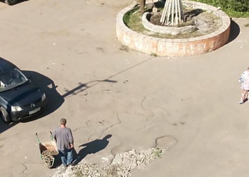 В Смоленске ямы на дорогах засыпают «фонтаном»