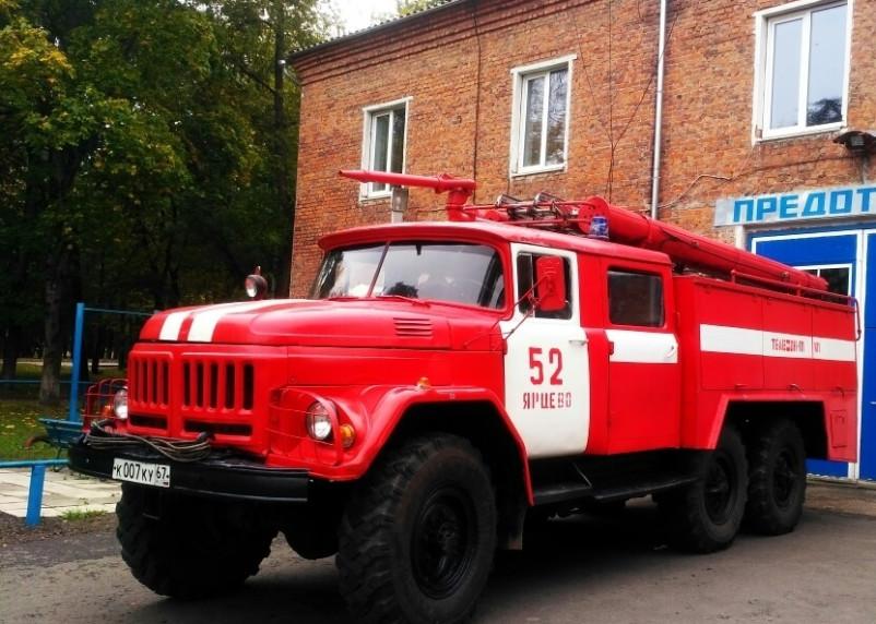В Ярцеве пожарные тушили автомобиль под навесом