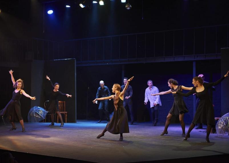 В Смоленском Камерном театре прошла премьера спектакля «Давай сегодня оторвемся по-питерски»