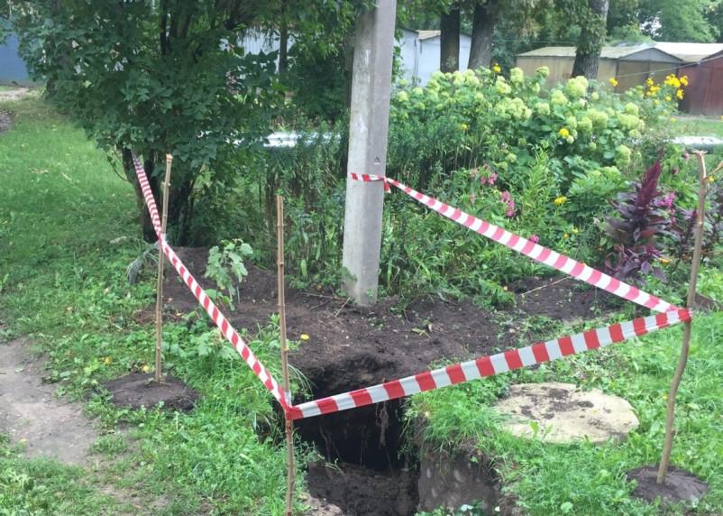 В Рославле коммунальщики не могут справиться с аварией на канализации из-за столба