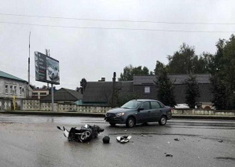 В Рославле столкнулись «Лада Гранта» и скутер