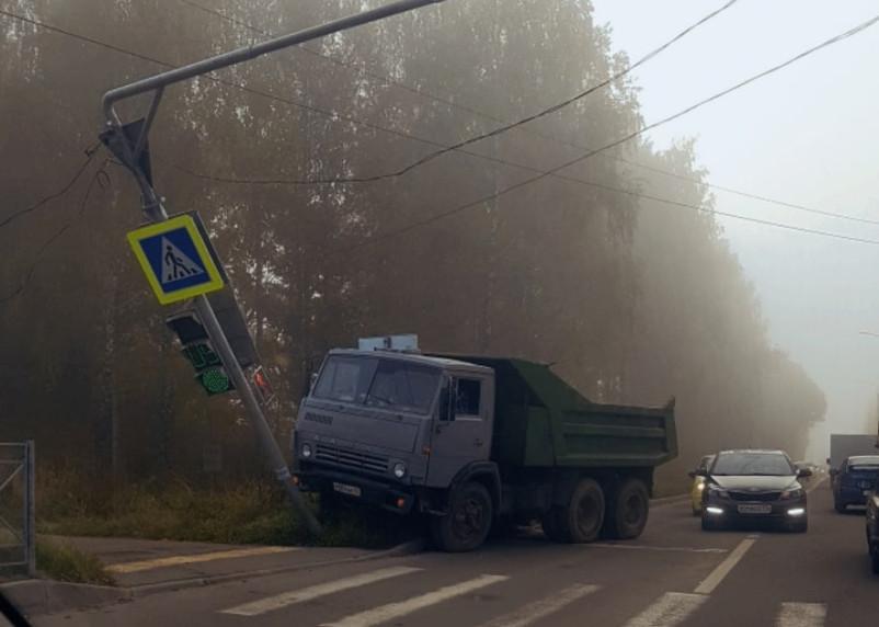 В Смоленске самосвал снес светофор