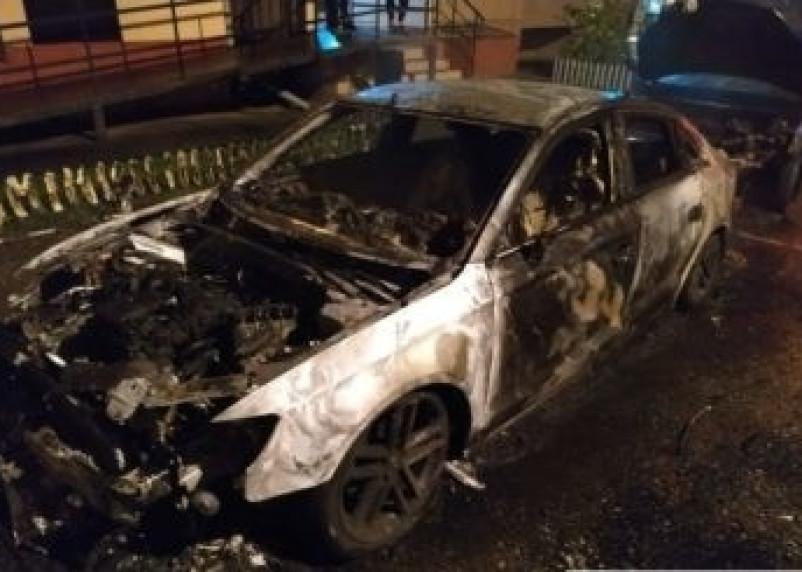 В Смоленске сгорела машина на Академика Петрова