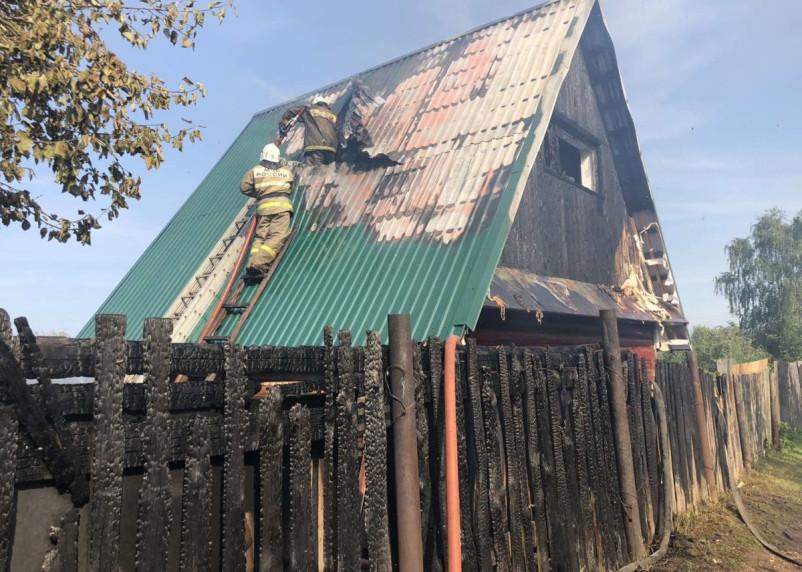 В Ярцевском районе на тушение нежилого дома прибыли пять пожарных