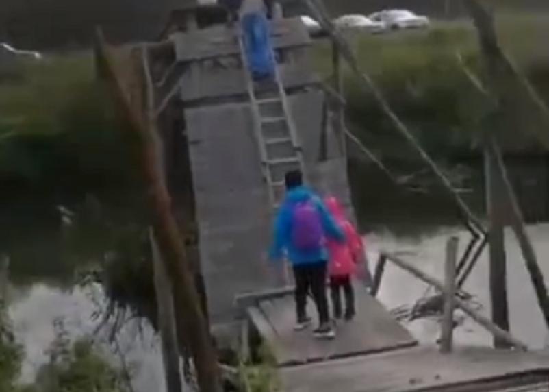 Людей «отрезали» от цивилизации. В Вяземском районе обрушился мост через реку