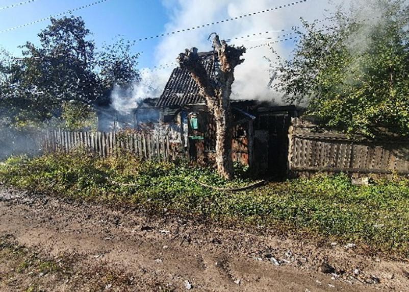 В Рославле пожарные полтора часа тушили жилой дом