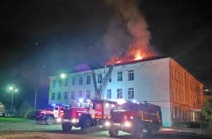 Пожарные потушили горящую кровлю школы в Сафоново