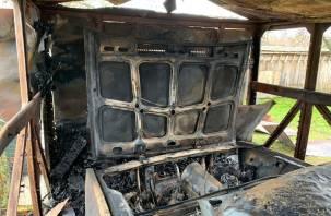 В Сафоновском районе сгорели гараж и машина
